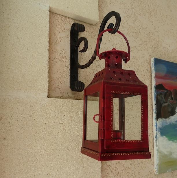 Montage original par notre client d'un support de lanterne fixé sur Potence en fer forgé. Avec Finition patiné