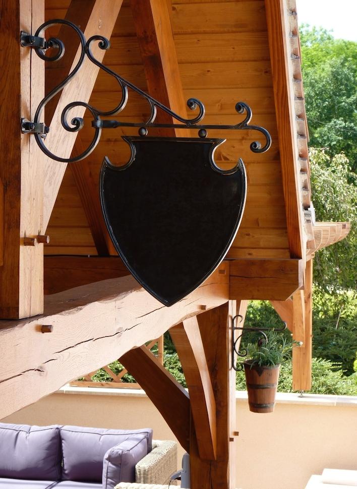 Fixation d'une potence décoration porte enseigne posé par notre client en <b>Normandie</b>