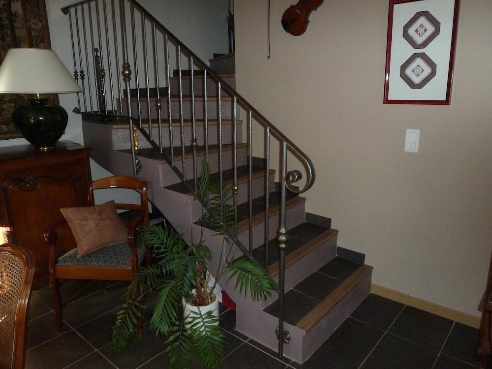 <b>Rampe d'escalier</b> réalisée par notre client qui à choisi d'alterner des <b>barreaux avec boule</b> et des <b>barreaux lisses</b>. La finition donne un aspect patiné.