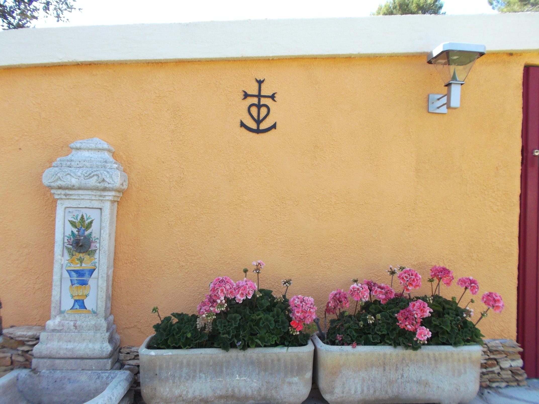 <b>Croix de Camargue</b> sur un mur en extérieur. Localisation: <b>Vaucluse</b>.