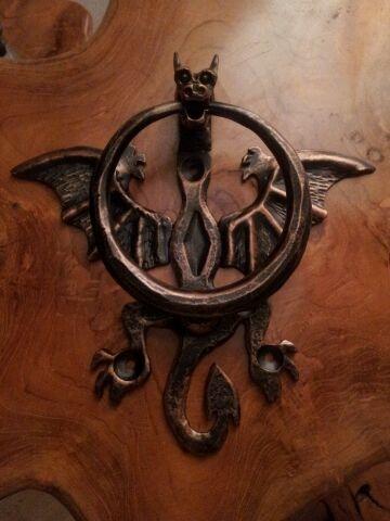 Décoration d'une Porte avec un <b>Heurtoir en forme de dragon</b>.