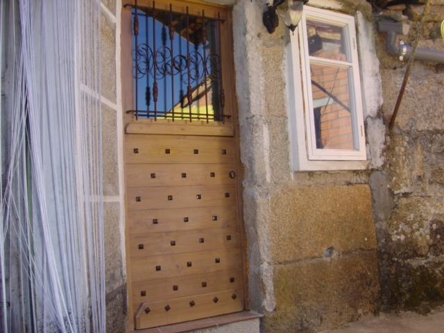 Décoration d'une Porte avec des clous fer forgé tete carré en région Allier par notre client
