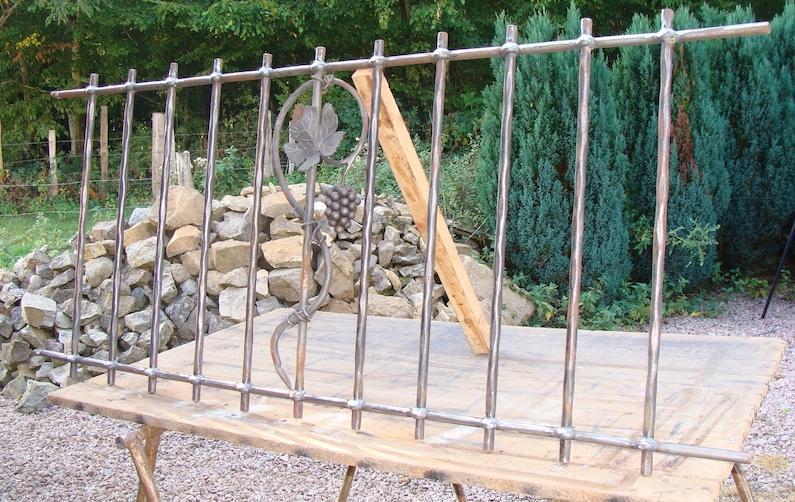 Fabrication de notre client d'une <b>grille de protection pour clôture</b> réalisée à partir de notre gamme de pièces détachées. Localisation: <b>Saône et Loire</b>.