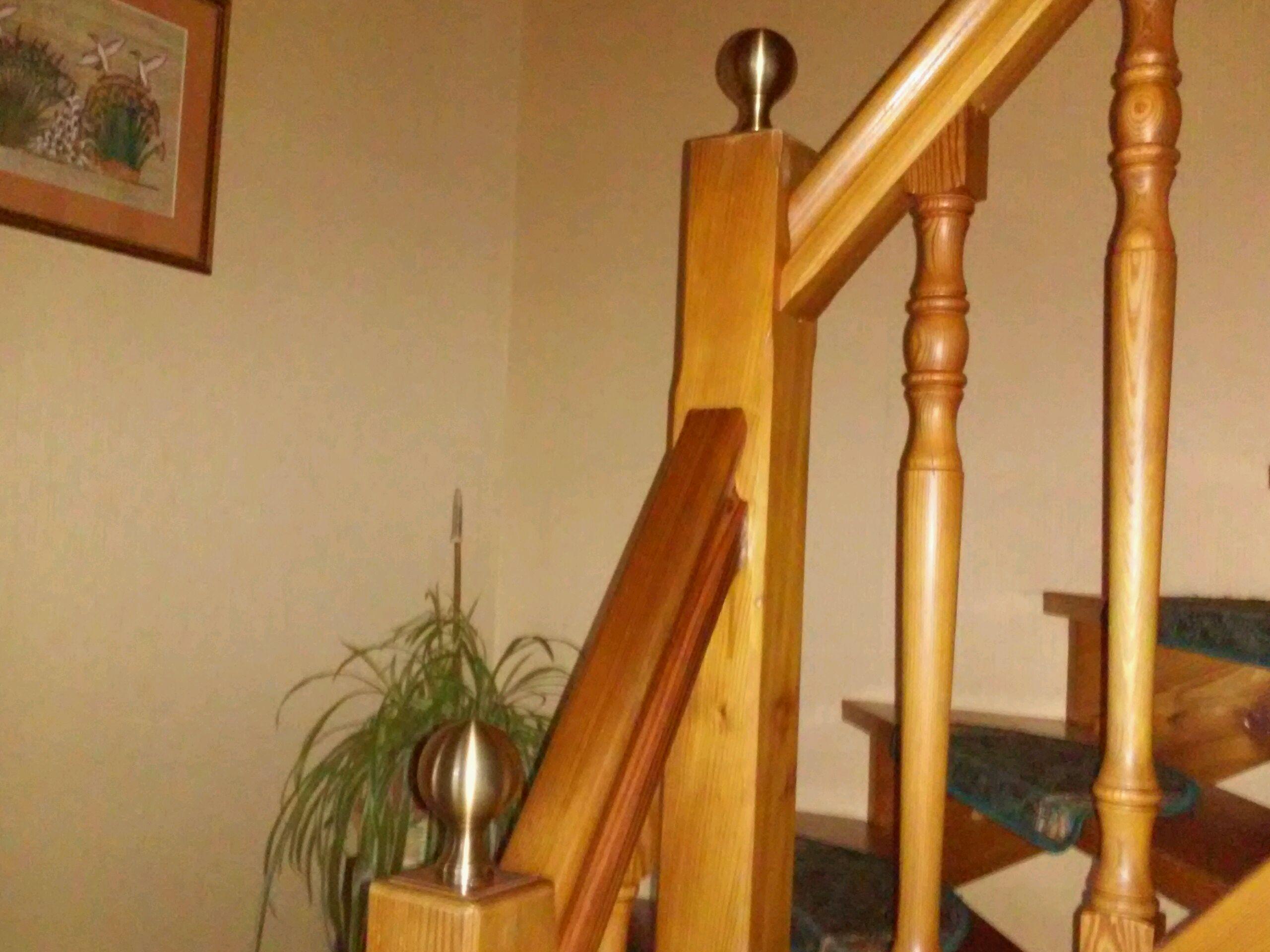 <b>Décoration</b> par notre client d'une <b>rampe d'escalier en bois</b> avec des <b>pommeaux en laiton</b> patiné cuir à partir de notre gamme de pièces détachées.