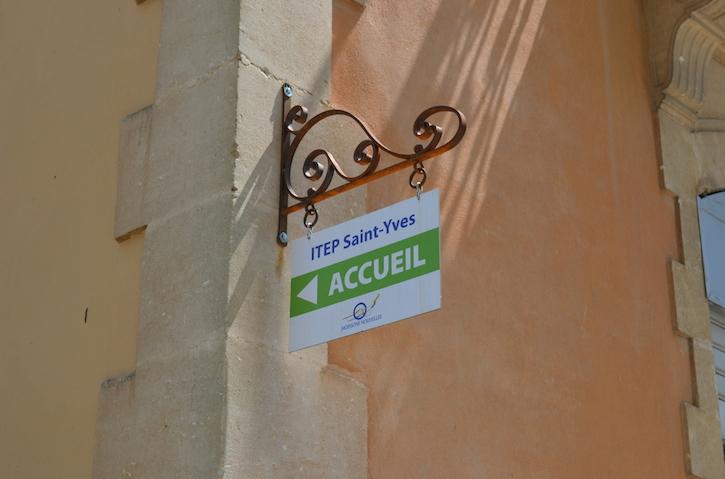 Enseigne posée et peinte par notre client à partir du porte enseigne prèt à installer.