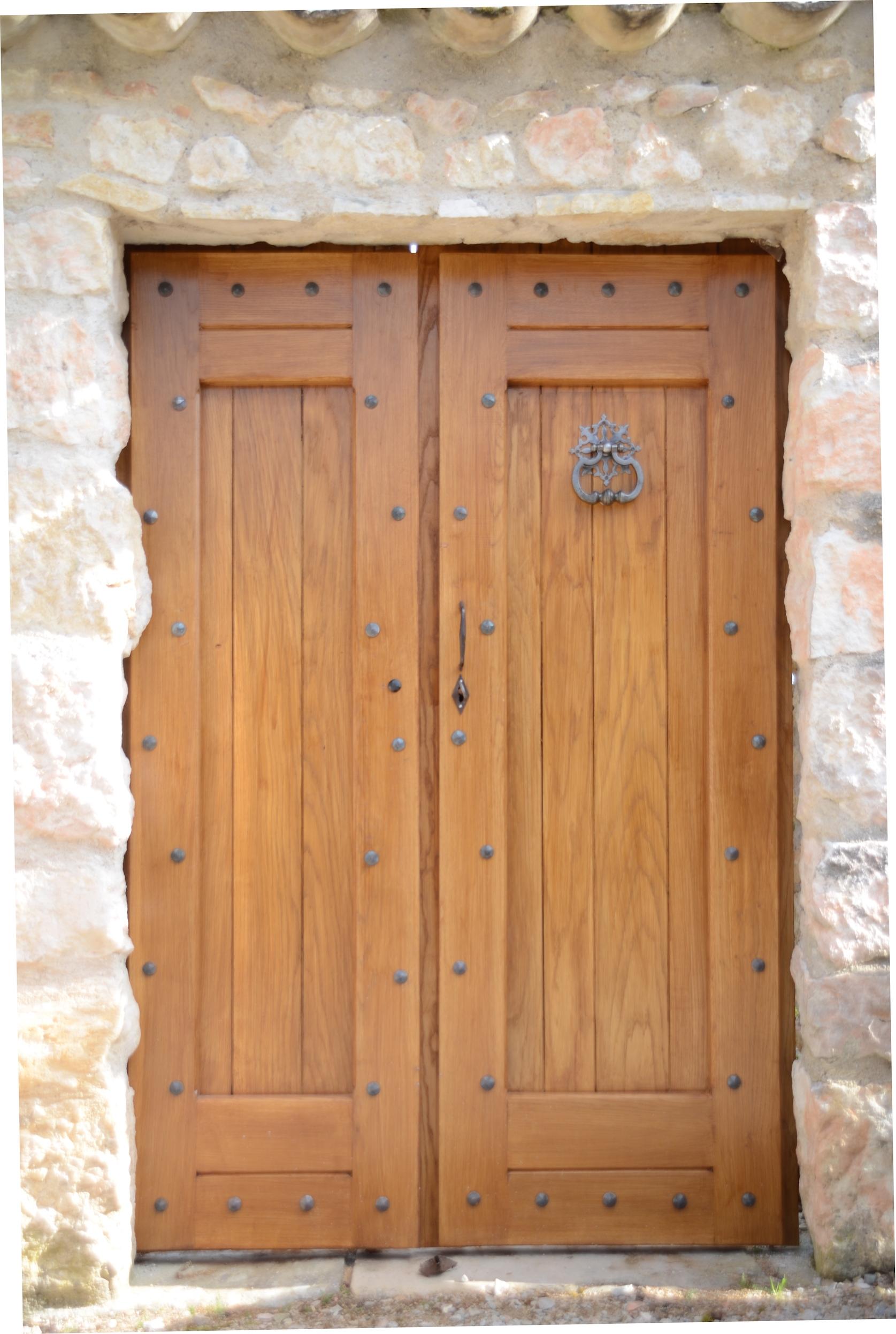Décoration en style médiéval d'une magnifique <b>porte en bois</b> par notre client en y ajoutant des <b>clous en fer forgé</b> à partir de notre gamme complète. Localisation : <b>Tarn</b>.