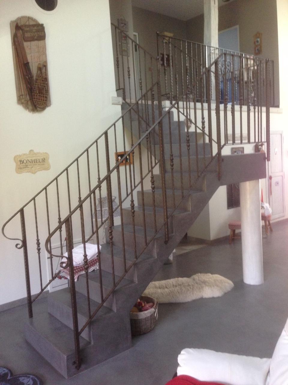 Conception et Fabrication par un de nos clients d'une rampe d'escalier intérieur et son garde corps assorti en fer forgé, cette très belle réalisation à ete concue à partir de notre gamme de pièces détachées . Localisation Haute Saone