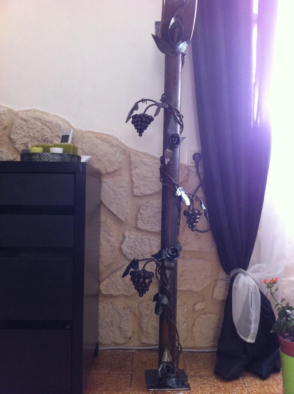 ce lampadaire à été concu et fabriqué par notre client et décoré à partir de notre gamme de pièces détachées . Localisation Bouches du Rhone