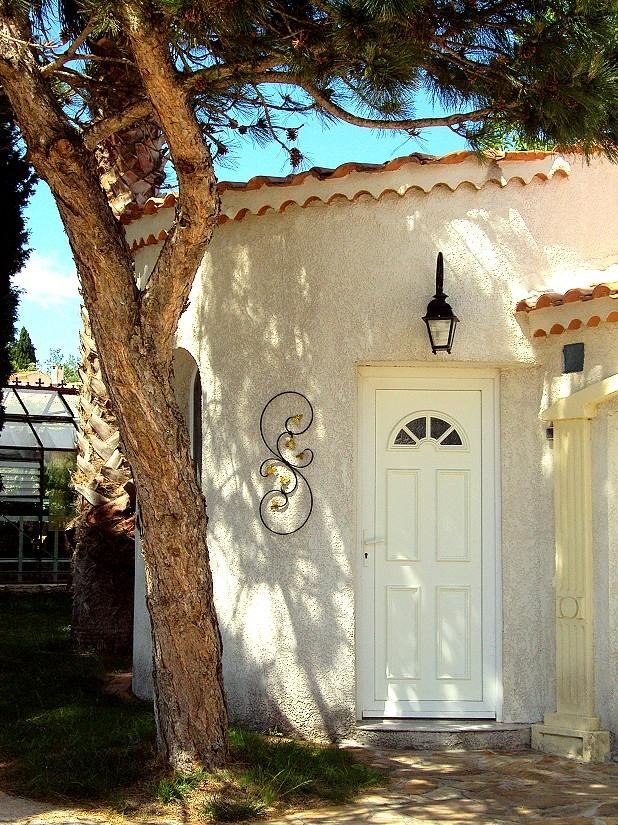 Décoration par notre client d'un mur de maison avec volute fer forgé de notre gamme de pièces détachées. Localisation Hérault