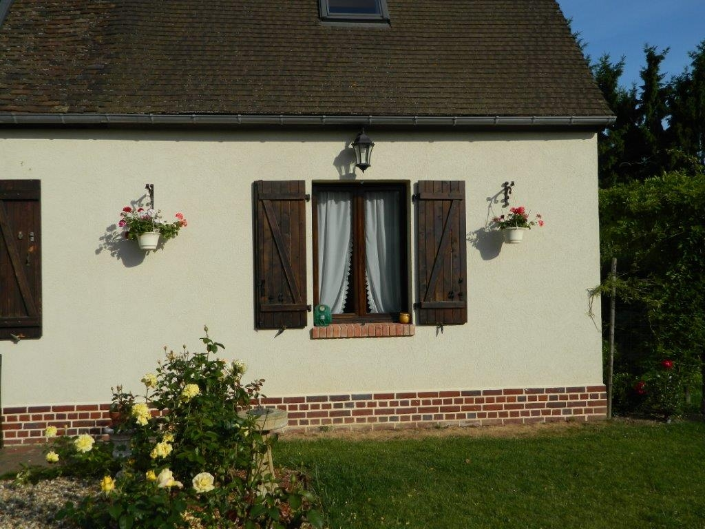 Décoration par notre client d'une facade de maison avec nos potences en fer forgé pour suspensions pots de fleurs . Localisation Oise
