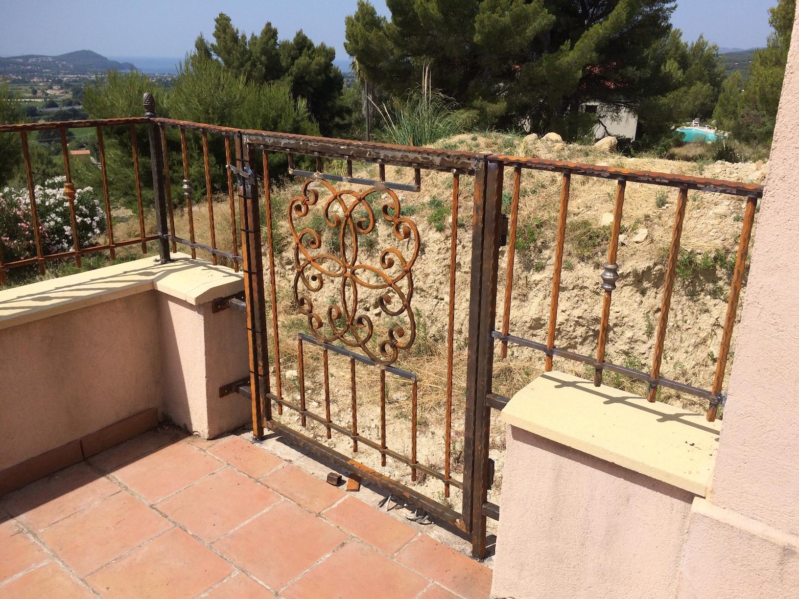 Ce portail à été fabriqué entièrement par notre client à partir de notre gamme de décors volutes ,rosaces ,pommes de pins . Localisation Var
