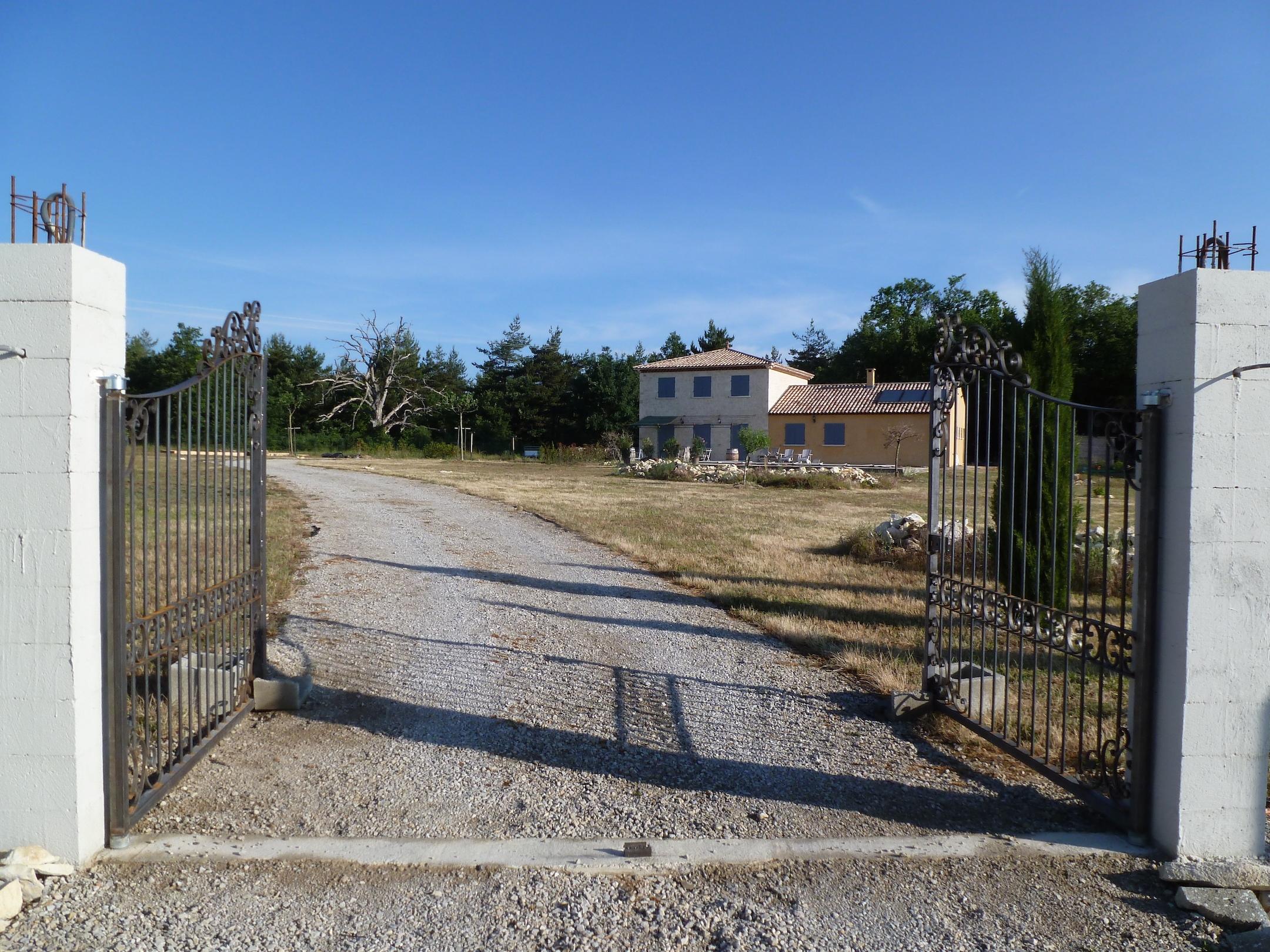 Fabrication d'un portail fer forgé sur mesure réalisé à partir de notre gamme de pièces détachées. Localisation : <b>Alpes de hautes Provence</b>.