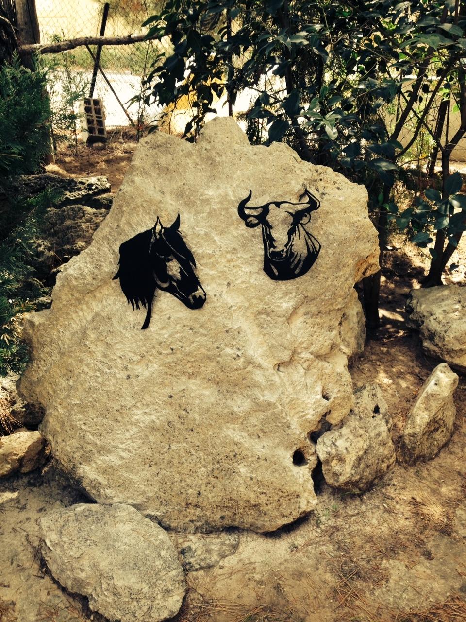 Décoration sur pierre et pose de décors cheval et taureau  localisation Provence