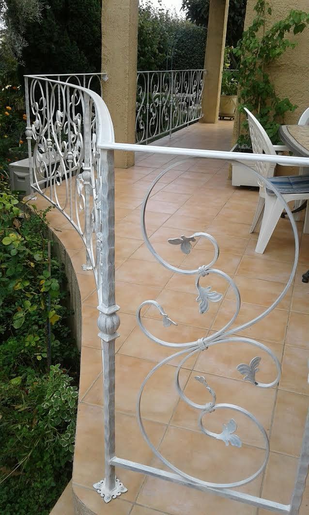 A la demande de notre client nous avons fabriqué sur mesure 12 mètres de garde corps prèt à poser dont 3 mètres en  partie cintrée.Localisation Provence