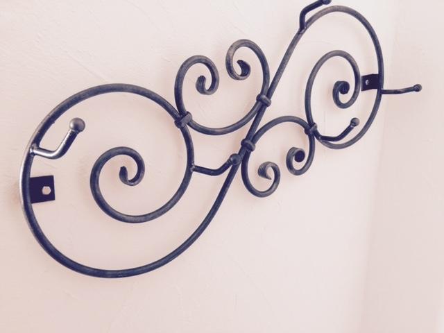 Création et fabrication complète par notre client d'un porte manteau en fer frogé à partir de notre gamme de pièces détachées volutes Localisation Provence