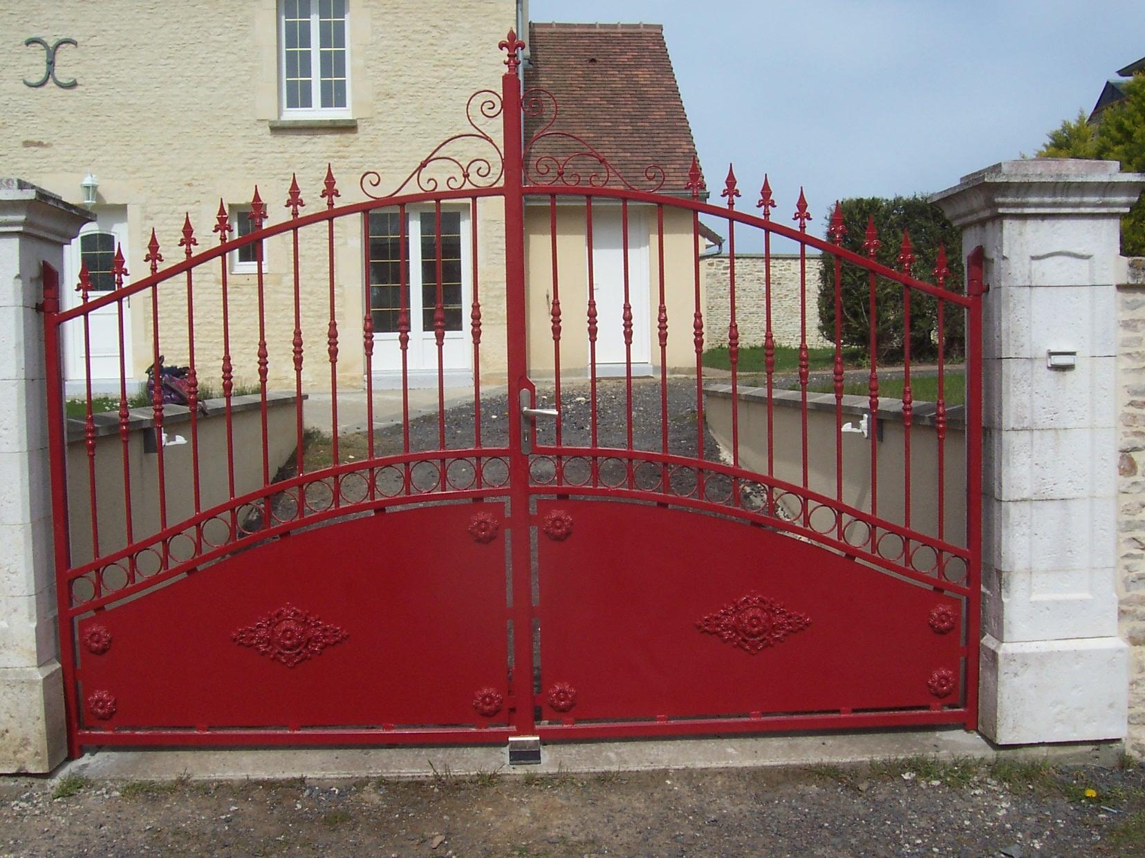 Création et fabrication complète par notre client d'un portail extérieur à partir de notre gamme de pièces détachées , barreaux, volutes , fers de lance et livraison en région Calvados