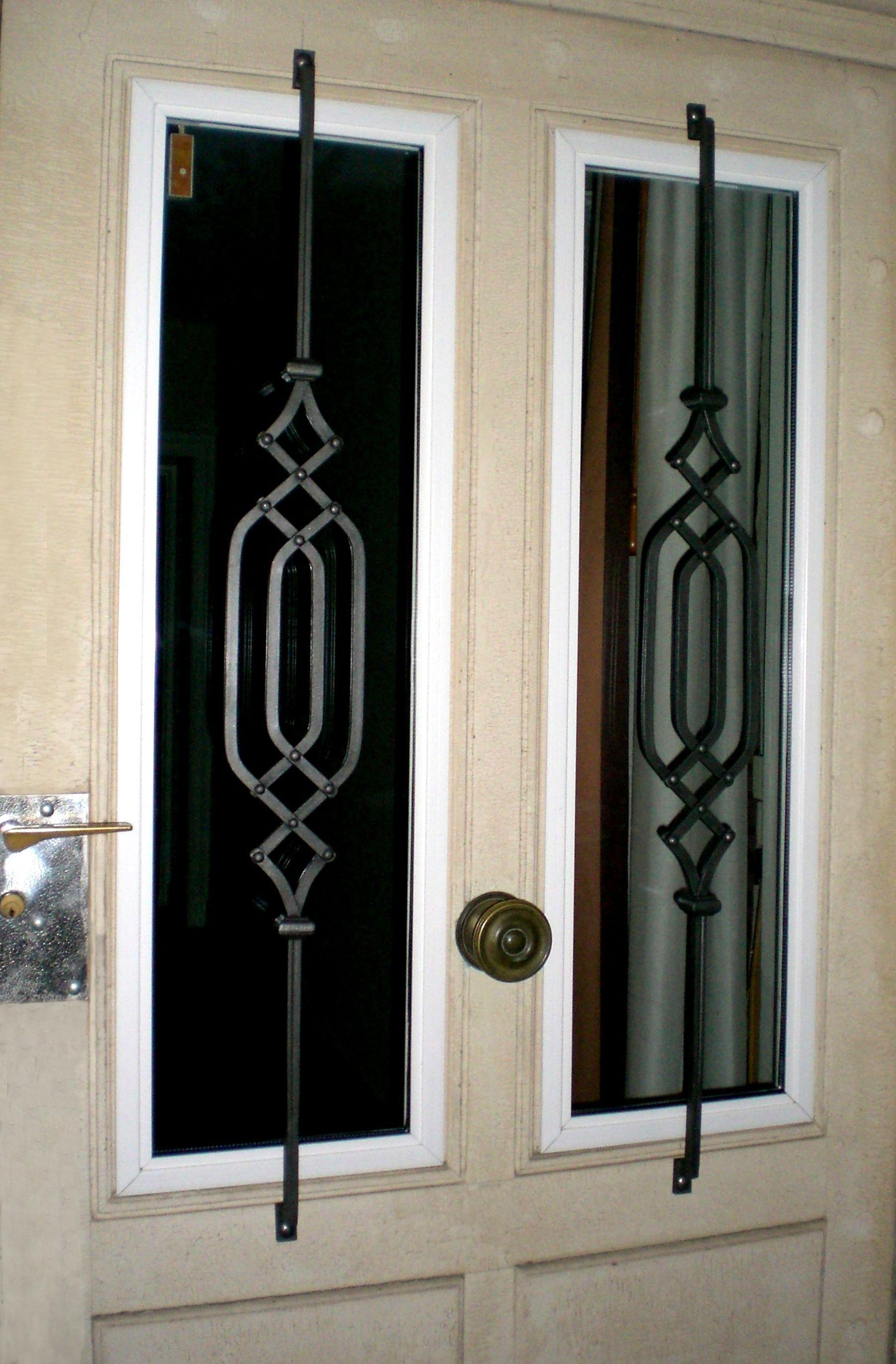 Protection d'une porte extérieur avec barreaux fer forgé de notre gamme pièces détachées.