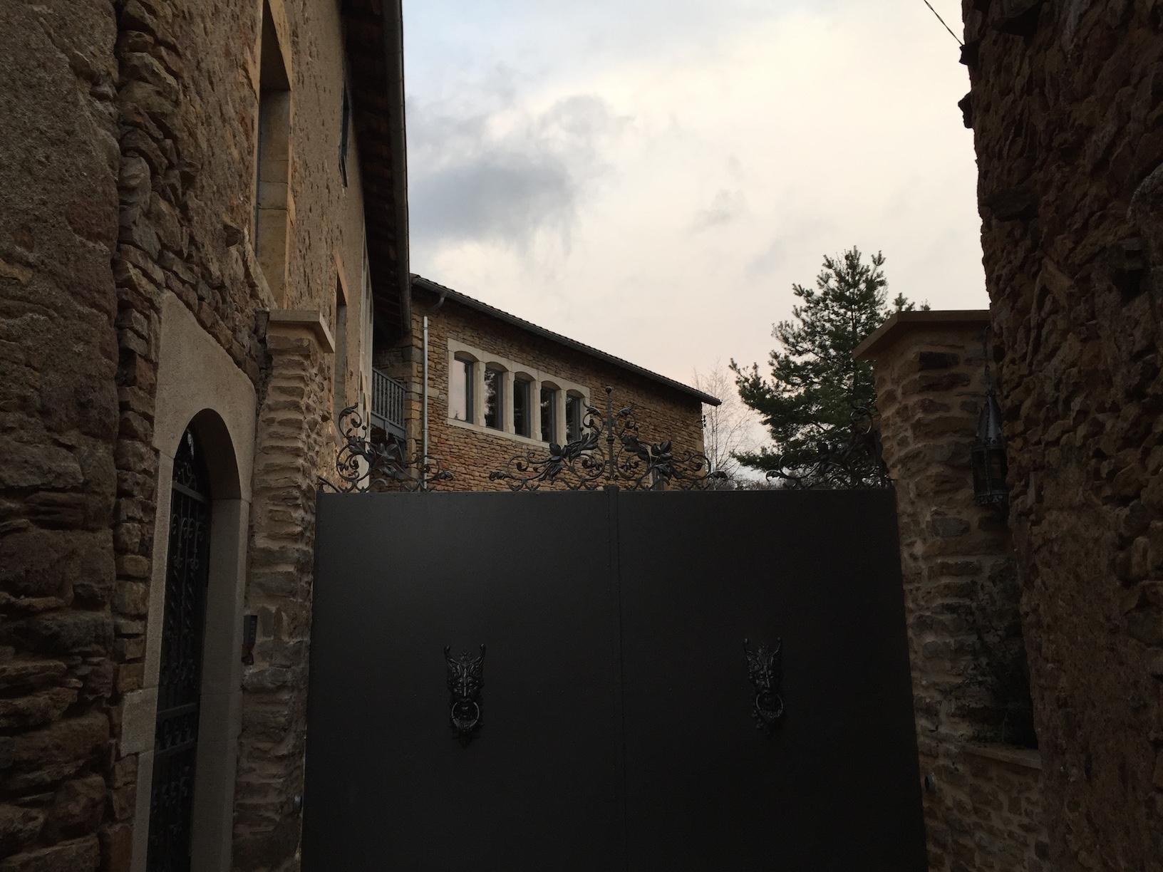 Décoration par notre client d'un portail en fer forgé à partir de notre gamme de pièces détachées : décors -  Localisation Ain