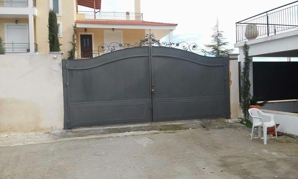 Décoration d'un portail fer forgé à partir de notre gamme de décors . Localisation Grèce
