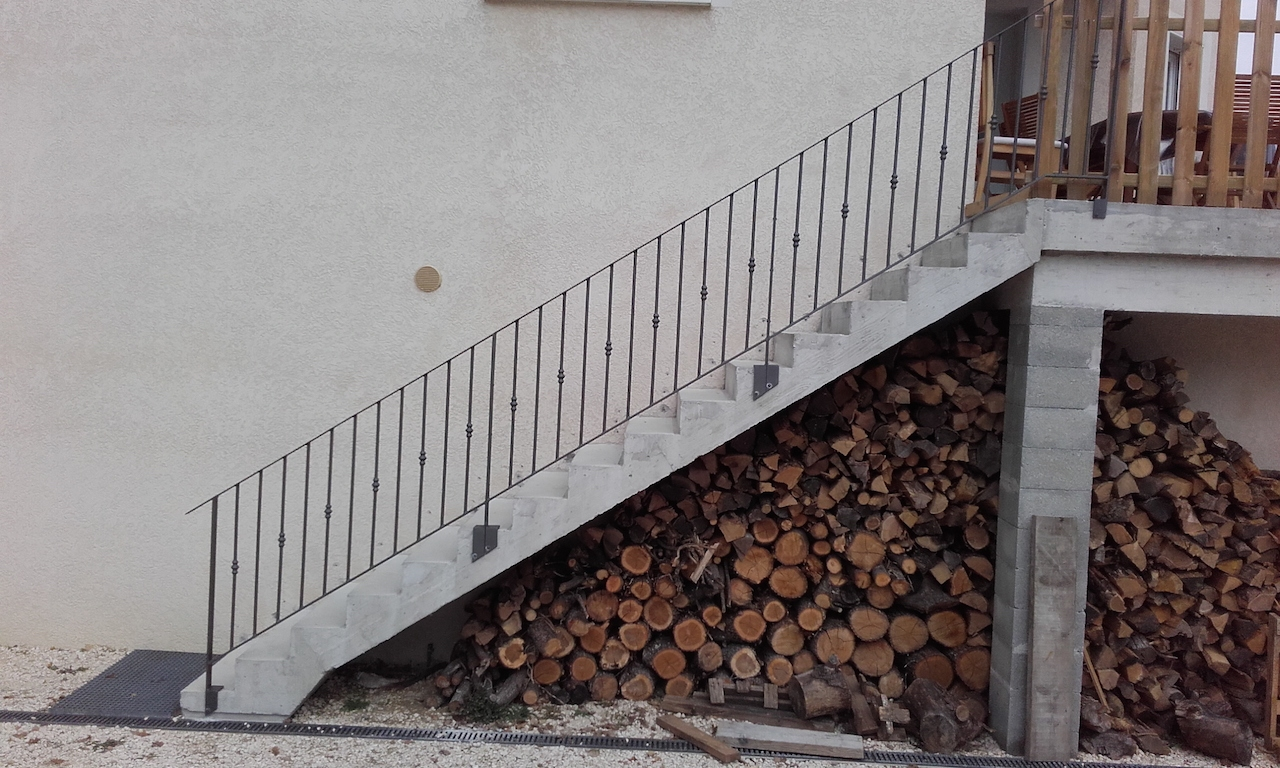 Création et fabrication complète par notre client d'un garde corps de protection d'escalier extérieur à partir de notre gamme de pièces détachées. Localisation Drome