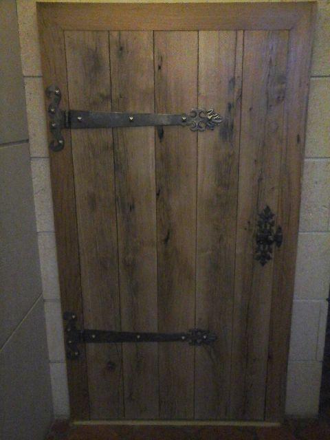 Pose et décoration par notre client de pentures et verrou  fer forgé sur porte bois de style médiévale - Localisation Région Marne