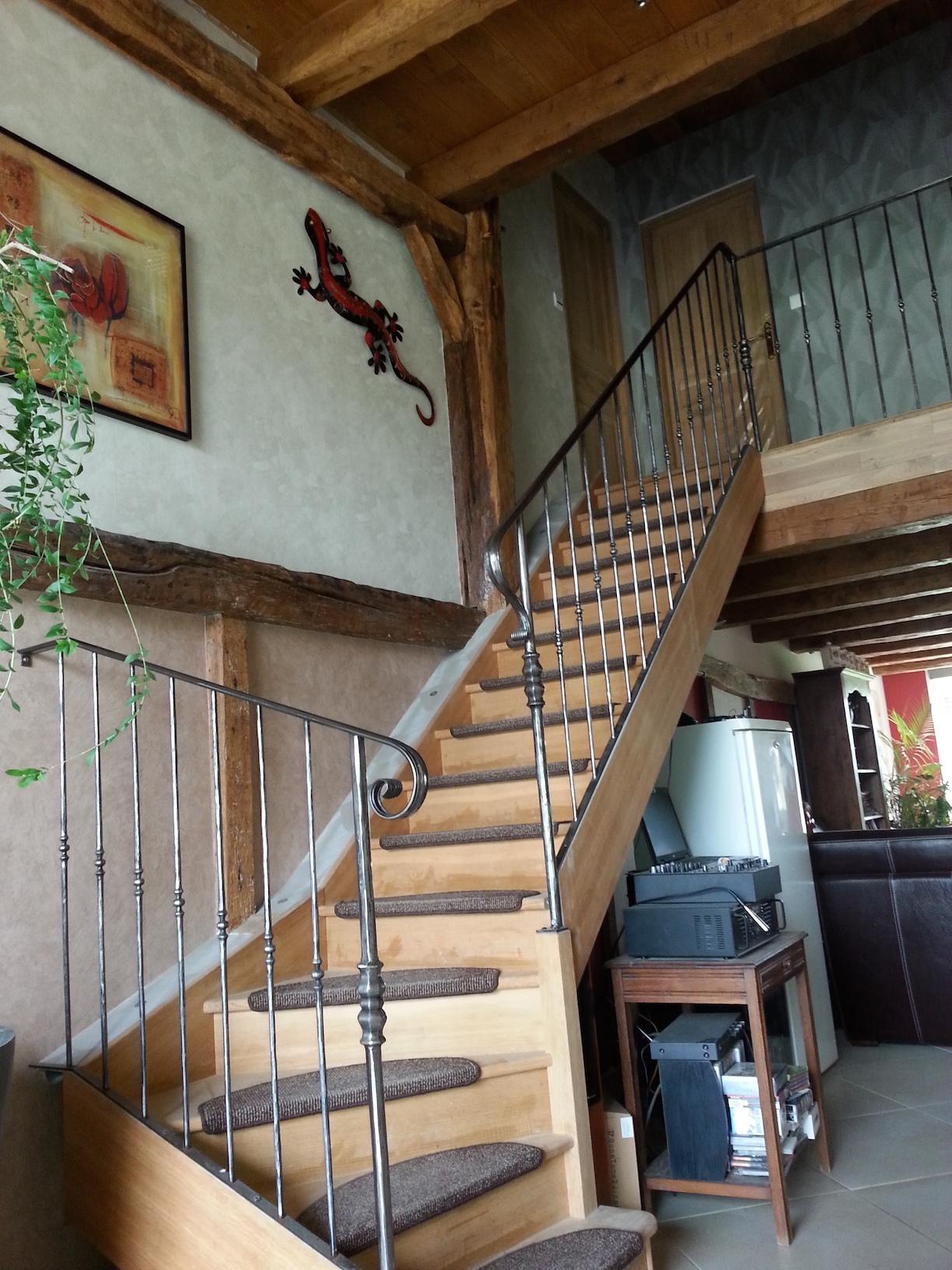 Très belle création et fabrication complète par notre client d'une rampe d'escalier en fer forgé . Réalisation complète à partir de notre gamme de pièces détachées. Localisation Haute Marne