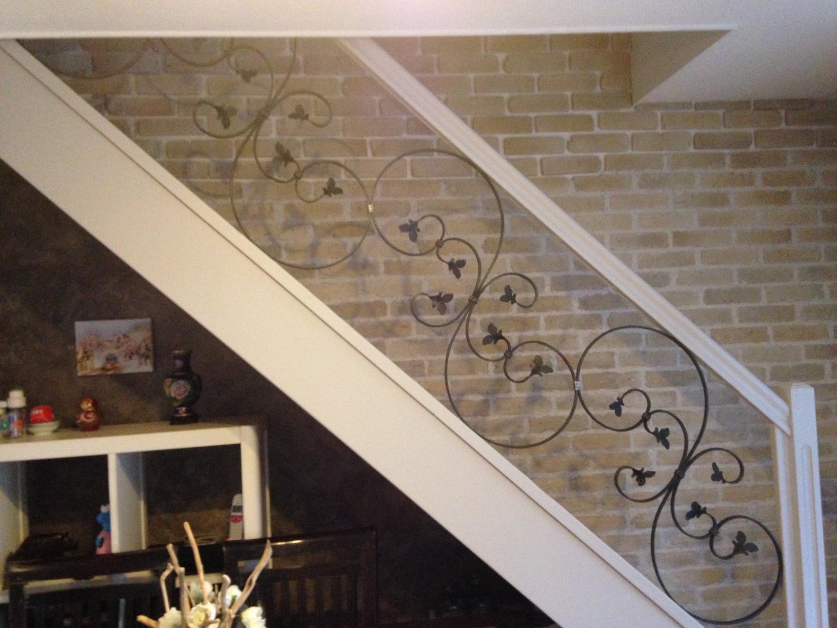 Création et fabrication complète par notre client d'une rampe d'escalier intérieur bois et ferforgé . Réalisation à partir de notre gamme de pièces détachées. Localisation Var