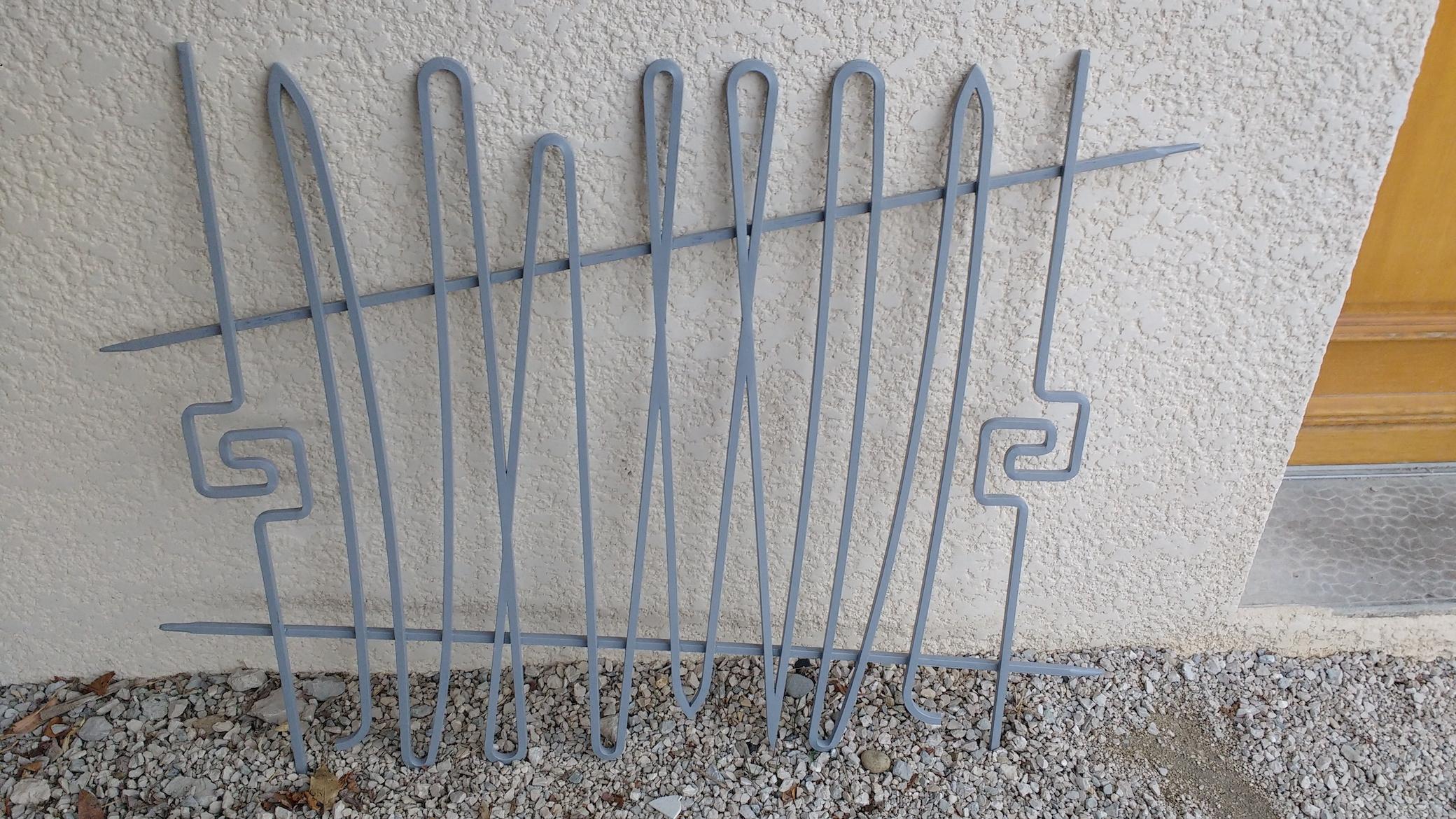 Conception et fabrication complète par notre client d'une grille de défense fer forgé -  Réalisation à  partir de notre gamme de pièces détachées  . Localisation Haute savoie
