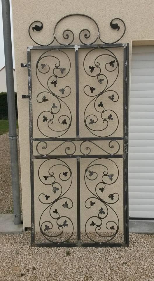 Conception et fabrication complète par notre client d'une porte grille ouvrante en fer forgé -  Réalisation à  partir de notre gamme de pièces détachées  . Localisation Loir et Cher