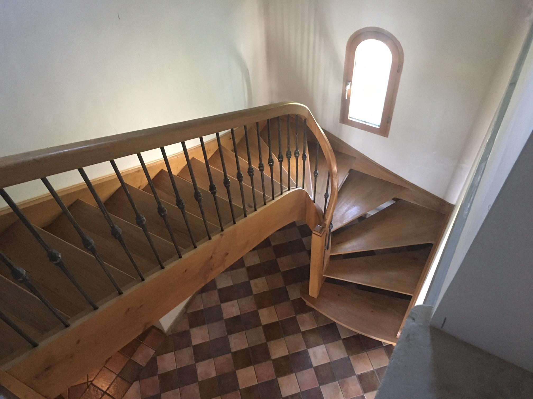 Conception et fabrication complète par notre client d'une rampe d'escalier bois et fer forgé  -  Réalisation à  partir de notre gamme de pièces détachées  . Localisation Charente-Maritime