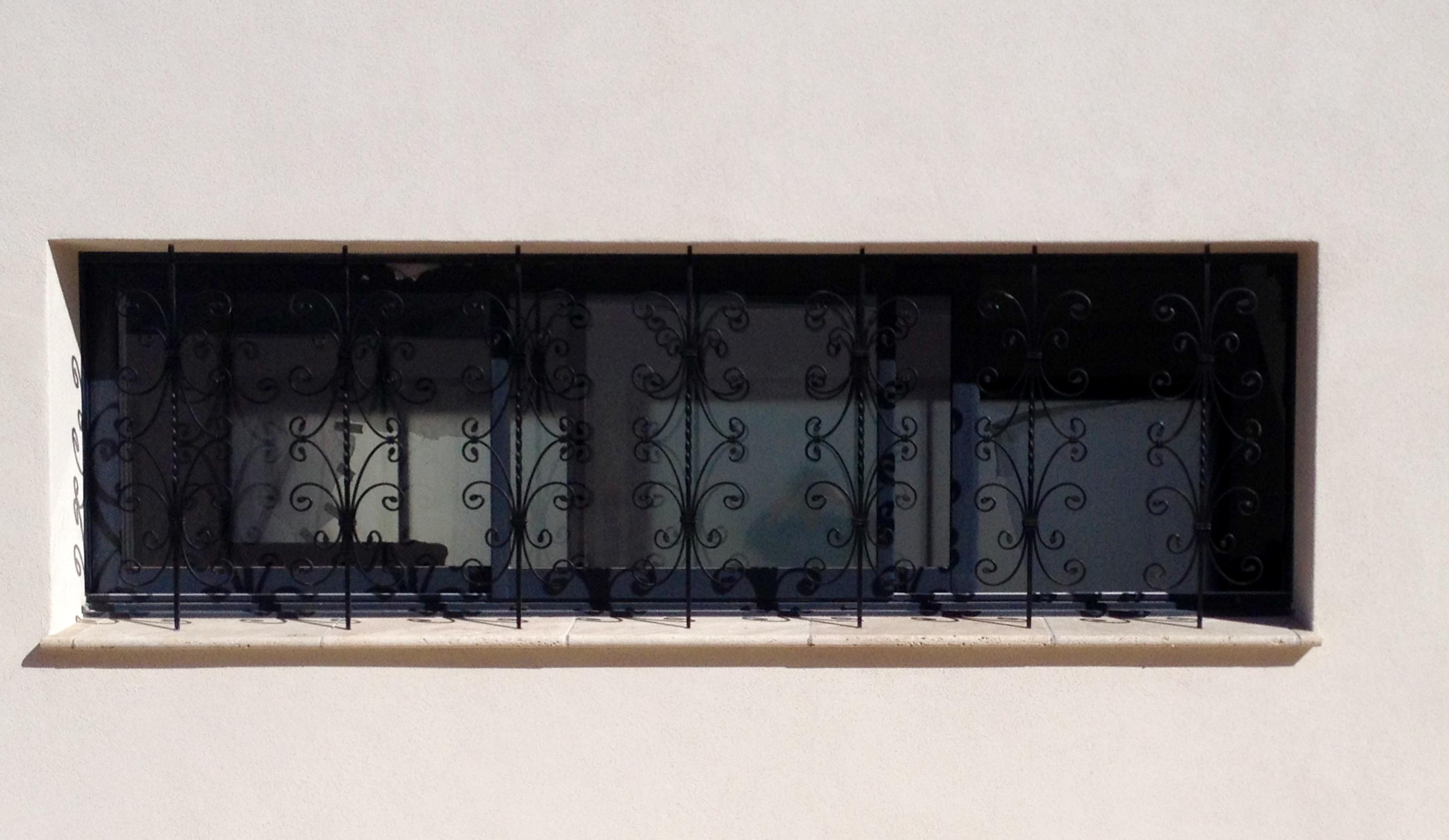 A la demande de notre client nous avons fabriqué sur mesure une série de barreaux fer forgé pour protection de fenètres- Localisation Corse