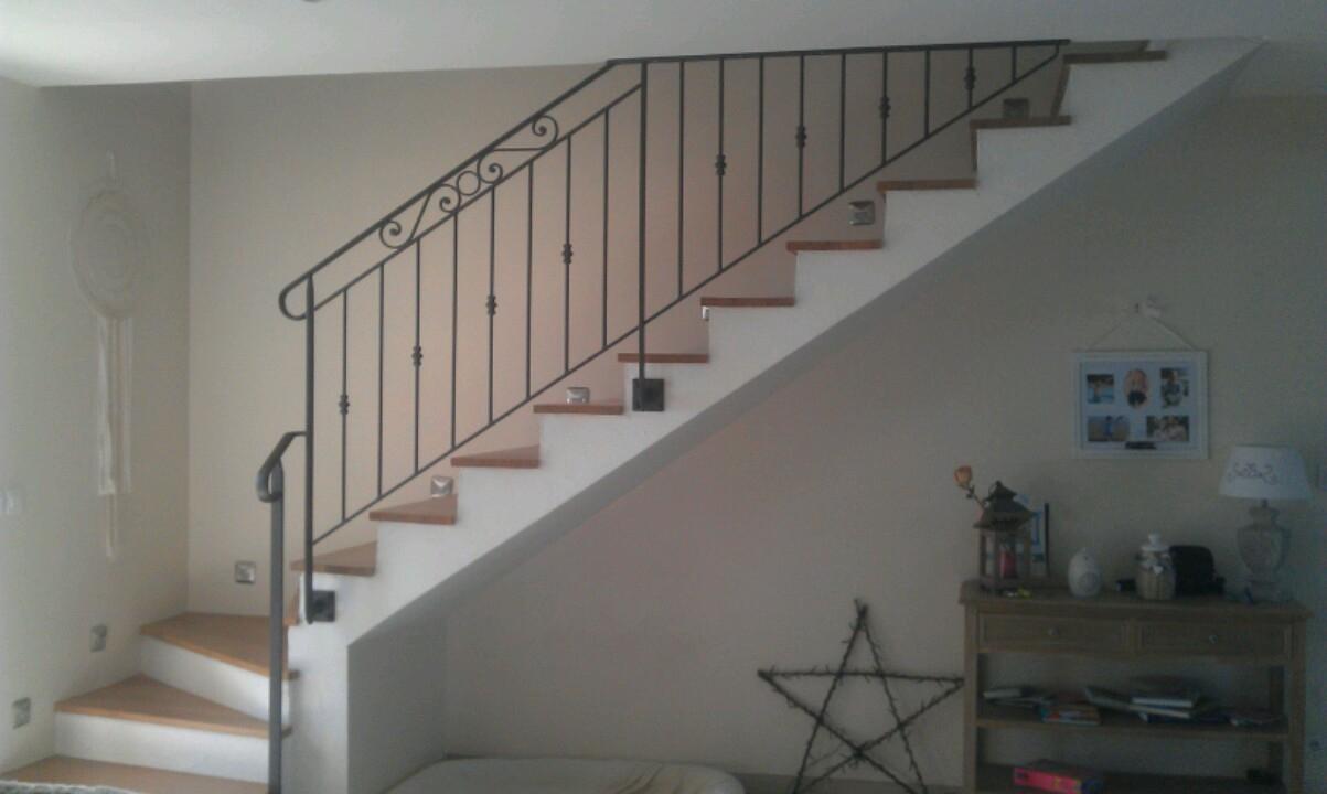 Conception et fabrication complète par notre client d'une rampe d'escalierfer forgé  -  Réalisation à  partir de notre gamme de pièces détachées  . Localisation Yonne