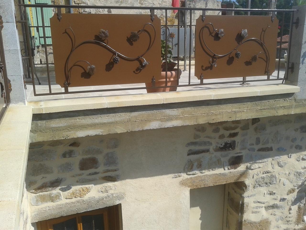 Conception et fabrication complète par notre client d'un garde corps fer forgé de protection pour terrasse -  Réalisation à  partir de notre gamme de pièces détachées  . Localisation Auvergne