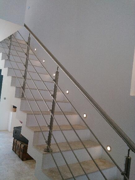 Conception et fabrication complète par notre client d'un Garde corps en inox pour protection escalier -  Réalisation à  partir de notre gamme de pièces détachées
