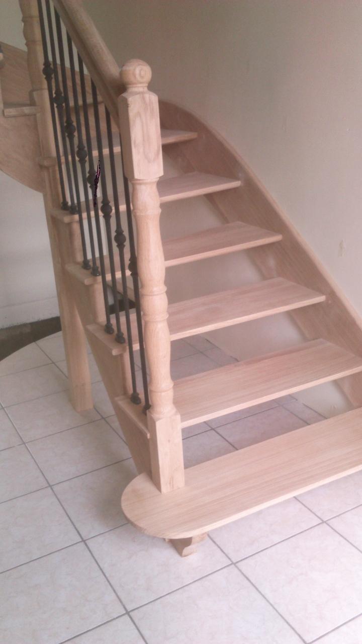 Conception et fabrication complète par notre client d'une rampe d'escalier en mariant le bois et  le fer forgé  -  Réalisation à  partir de notre gamme de pièces détachées  . Localisation Orne