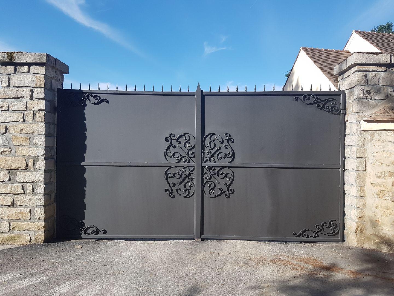 Décoration par notre client d'un portail avec décors de notre gamme de pièces détachées. Localisation Seine et Marne