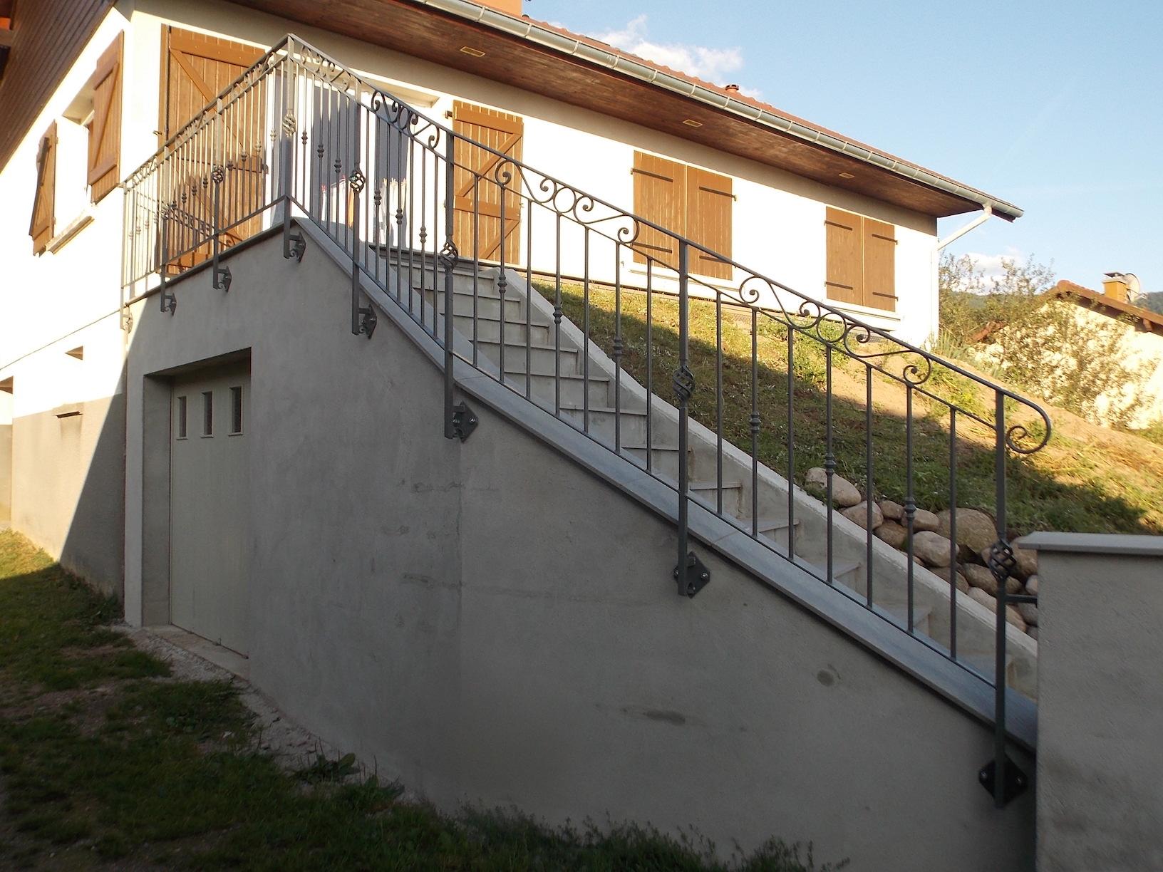 Conception et fabrication complète par notre client d'un garde corps et rampe de protection terrasse et escalier  en fer forgé -  Réalisation à  partir de notre gamme de pièces détachées - Localisation Vosges