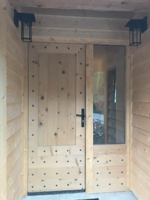 Décoration par notre cliente d'une porte en bois avec clous fer forgé de notre gamme de pièces détachées. Localisation Isère