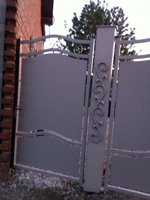 Décoration par notre client d'un pilier de portail avec décors de notre gamme de pièces détachées. Localisation Aisne