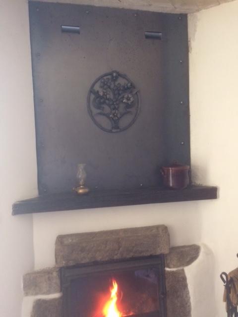 Décoration par notre client d'une plaque de protection cheminée avec décors de notre gamme de pièces détachées. Localisation Ardèche
