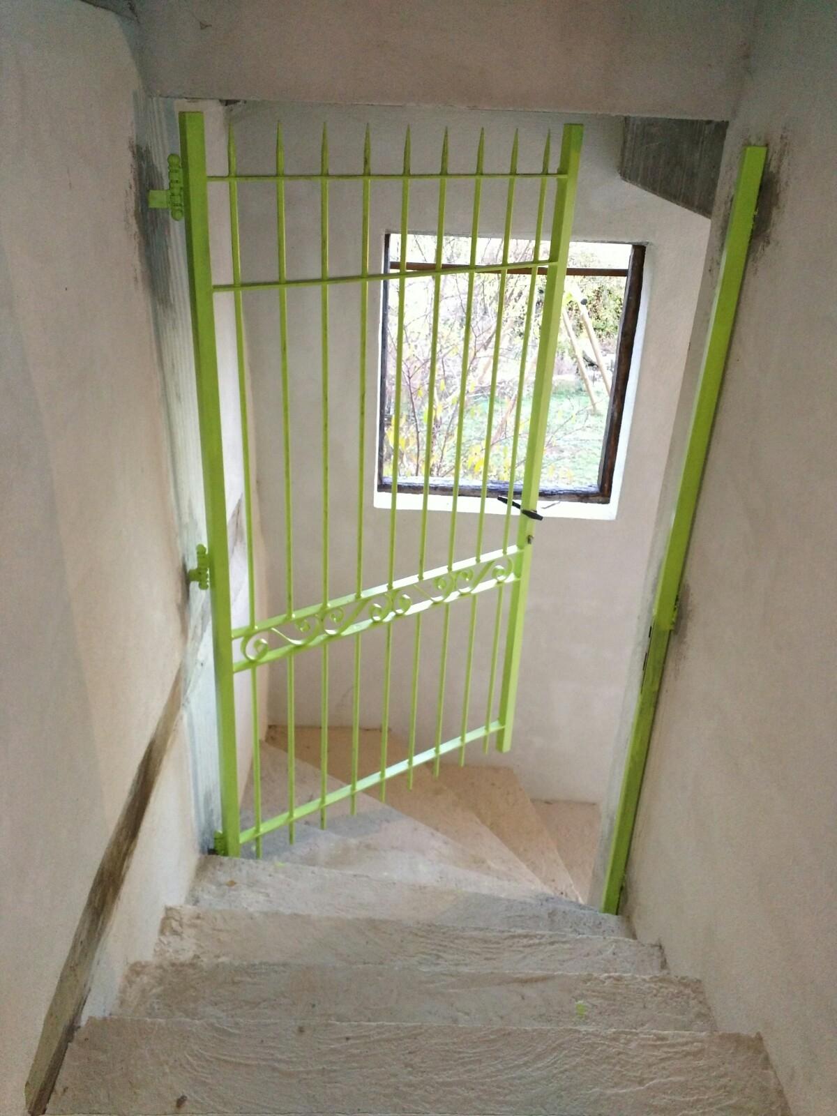 A la demande de notre client nous avons fabriqué sur mesure une grille de protection pour accès escalier - réalisation à partir de notre gamme de pièces détachées - Localisation Haut Rhin .