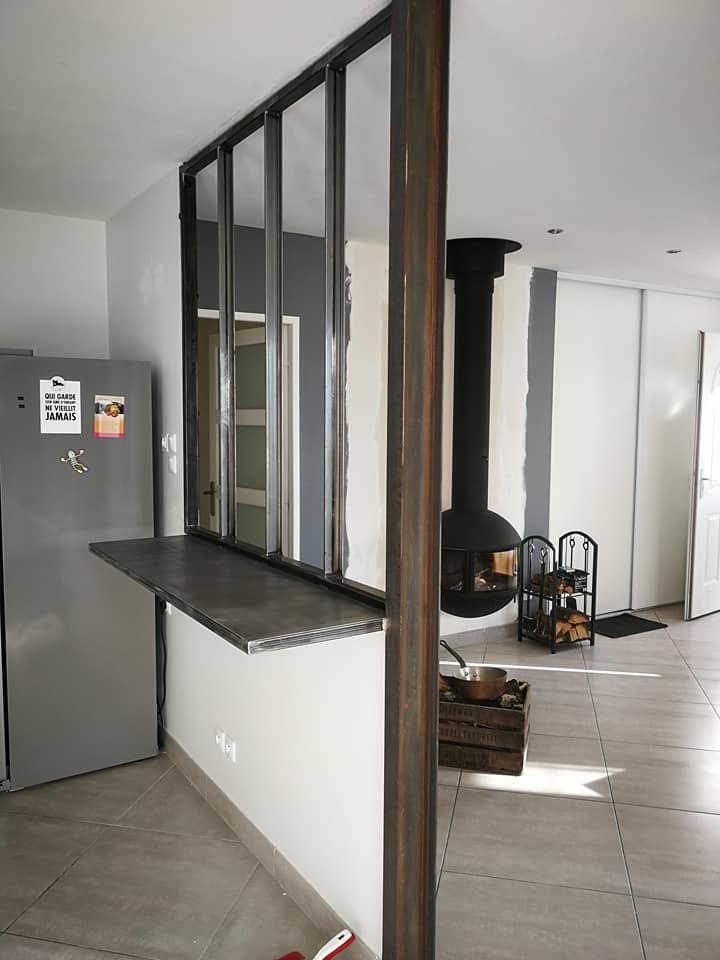 A la demande de notre client nous avons fabriqué sur mesure une verrière personnalisée avec décor plateau  . Localisation Piolenc