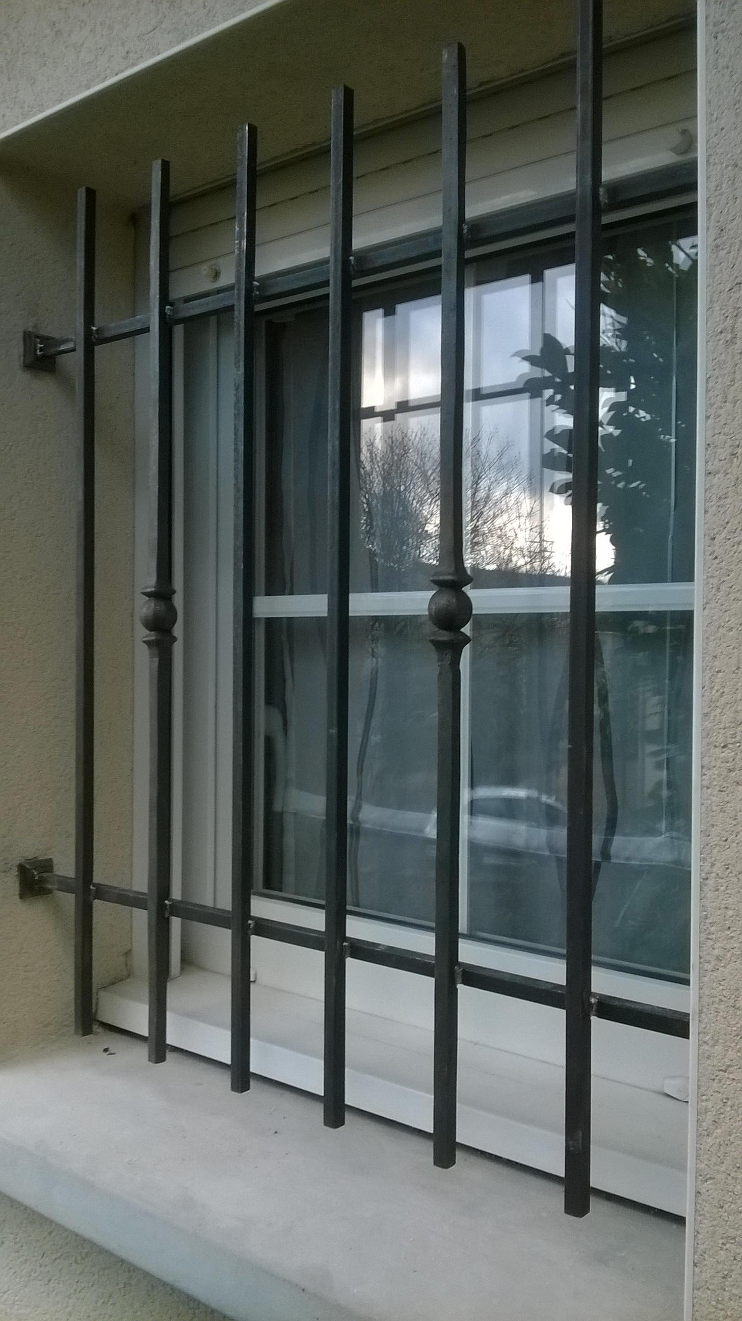Conception et fabrication complète par notre client d'une grille fixe de protection fer forgé -  Réalisation à  partir de notre gamme de pièces détachées - Localisation Moselle