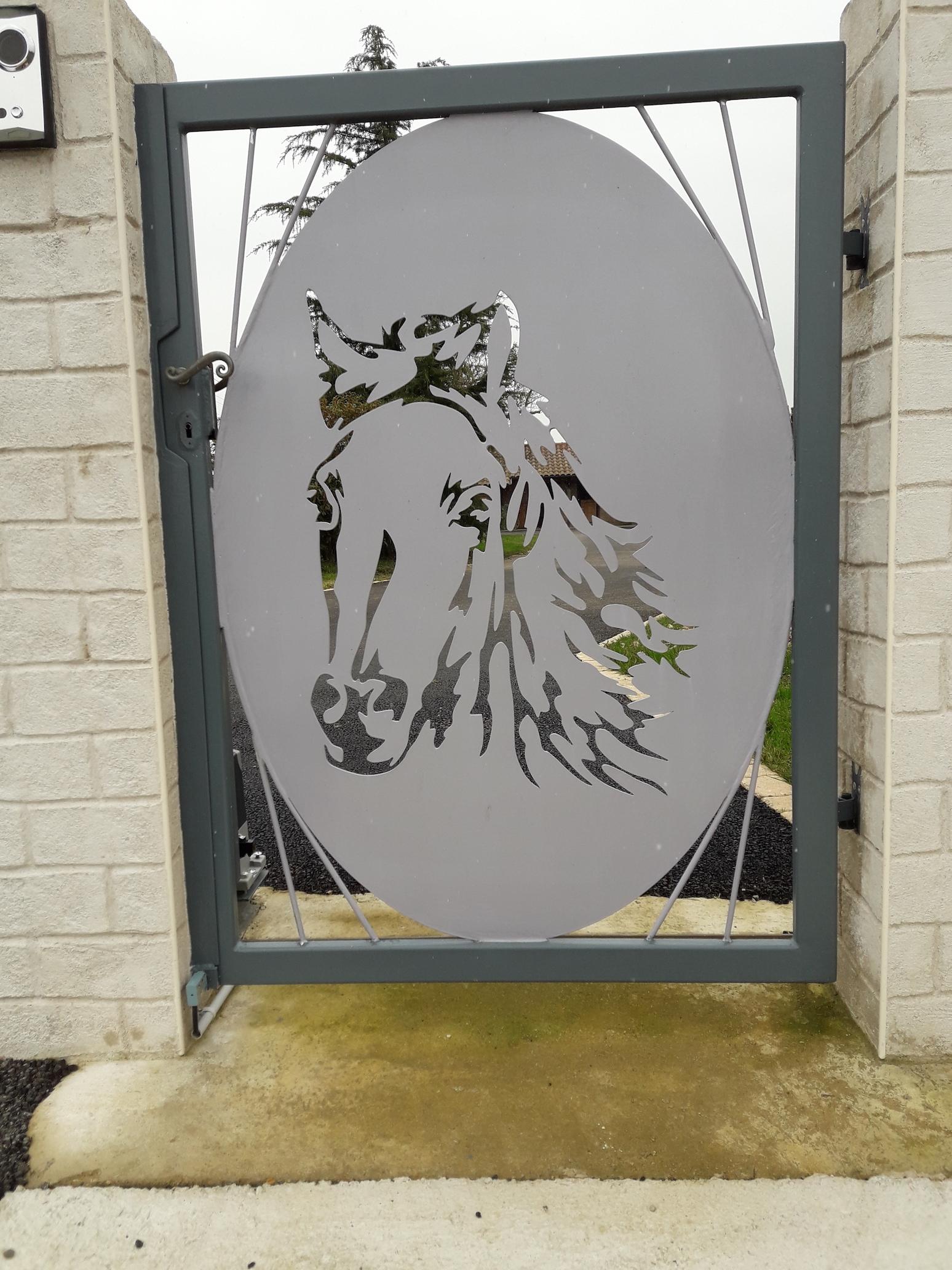 A la demande de notre client nous avons fabriqué sur mesure une plaque en acier personnalisée décor cheval pour portillon .