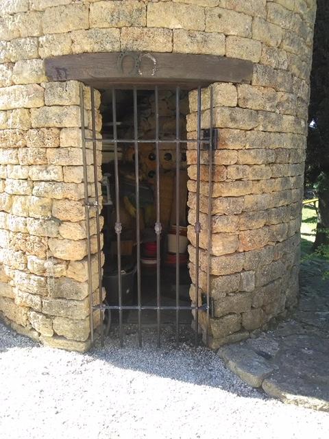 A la demande de notre client nous avons fabriqué sur mesure une grille fer forgé pour décoration pigeonnier  . Localisation Provence