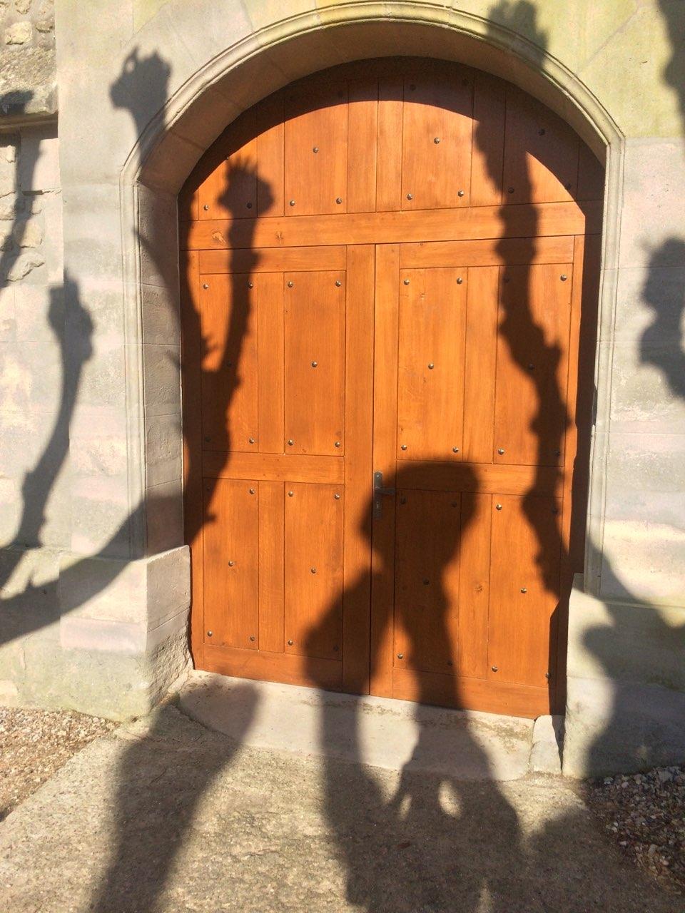 Décoration par notre client d'une porte en bois avec décors de notre gamme de pièces détachées. localisation Yvelines