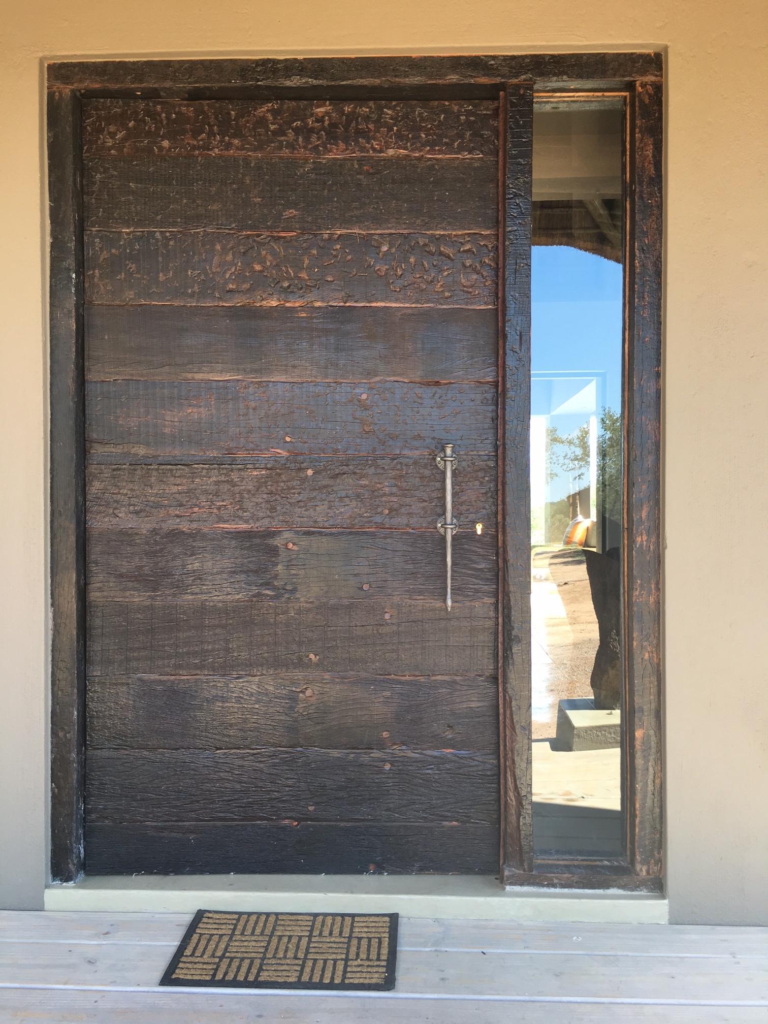 Décoration par notre client d'une porte en bois avec poignée de notre gamme de pièces détachées. localisation Afrique du Sud