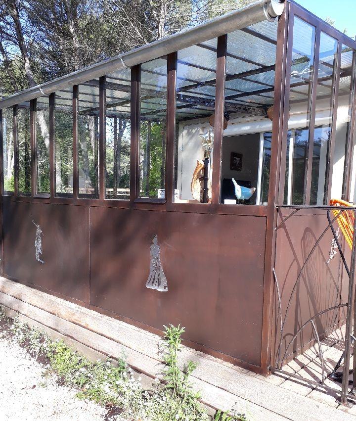 Décoration par notre client d'une verrièrer fer forgé avec les décors camargue de notre gamme de pièces détachées. localisation Provence
