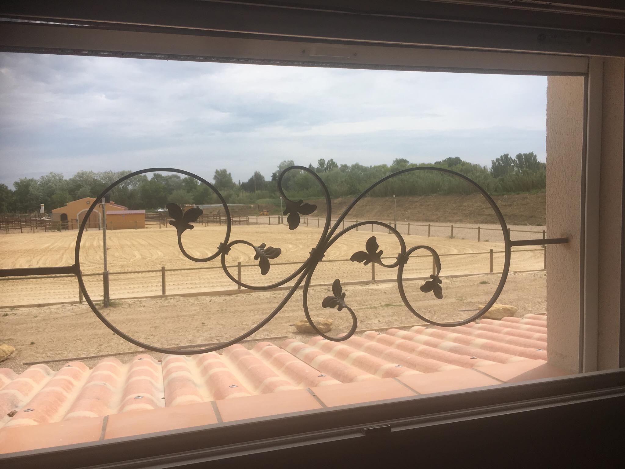 A la demande de notre client nous avons fabriqué sur mesure une  série de garde corps de protection fenètres avec décor de notre gamme . Localisation Provence