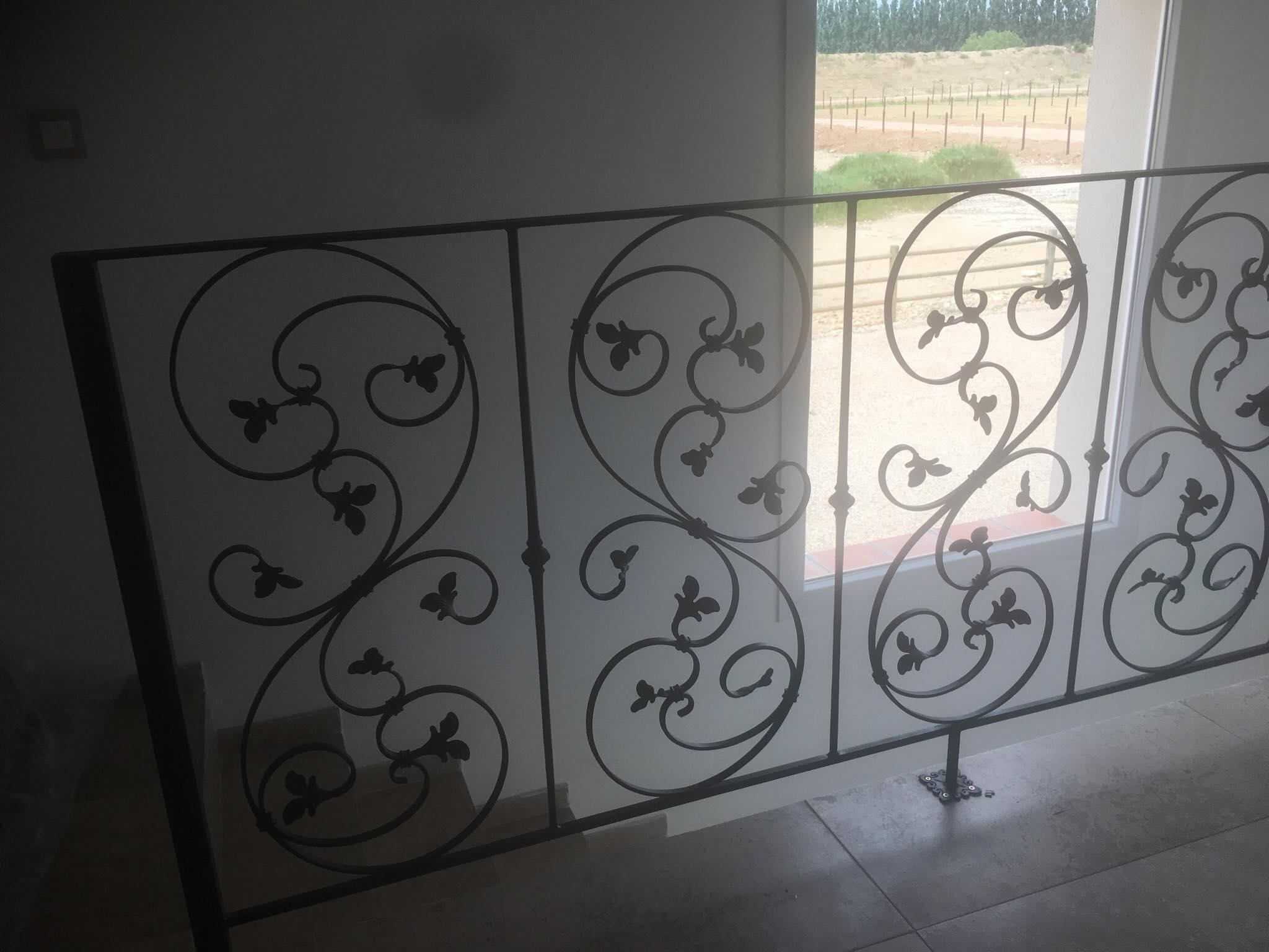 A la demande de notre client nous avons fabriqué sur mesure un garde corps de protection escalier avec décors de notre gamme . Localisation Provence